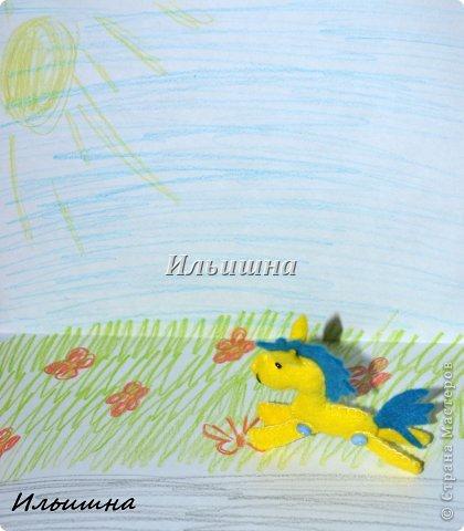 """Всем большой солнечный привет, в этот последний летний день!=) Неделю назад на Ярмарке М. была продана моя лошадка """"Вдохновение"""". Уехала красавица в Омск, а потом её переправят в Германию к маленькой девочке трех лет, которая лежит в онкологическом центре. Малышка очень любит лошадок, и чтобы преподнести ей ещё один сюрприз, я решила сделать лошадку-брелок.  А потом подумала...ведь на носу НГ, и многие будут искать как сделать подарок потратив минимум усилий и времени, но с великолепным и жизнерадостным результатом. Вот так и созрел мой и МК!)))  Малышки высотой 7 см. Подвижны и устойчивы. Всё как у взрослых: http://stranamasterov.ru/node/611392 Шить лошадки мы будем из фетра - великолепный материал. Нежный, приятный. Шить будем Всё в ручную(!!!) что особо важно для тех, у кого нет швейной машинки. Времени на одну лошадку у меня ушло полтора часа. Потом меньше))) Я поэкспериментировала и решила проверить сколько лошадок я сошью за неделю. Как видите, при минимальных усилиях и нехватки времени у меня вышло 12 скакунов (на фото 11, так как одна лошадка уже по дороге в Омск).  И так, поехали..как это было)))  P,S, лошадки принимают участие в конкурсе: """"Лошади бывают разные"""" http://stranamasterov.ru/node/612099 фото 22"""