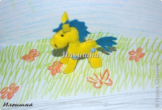 """Всем большой солнечный привет, в этот последний летний день!=) Неделю назад на Ярмарке М. была продана моя лошадка """"Вдохновение"""". Уехала красавица в Омск, а потом её переправят в Германию к маленькой девочке трех лет, которая лежит в онкологическом центре. Малышка очень любит лошадок, и чтобы преподнести ей ещё один сюрприз, я решила сделать лошадку-брелок.  А потом подумала...ведь на носу НГ, и многие будут искать как сделать подарок потратив минимум усилий и времени, но с великолепным и жизнерадостным результатом. Вот так и созрел мой и МК!)))  Малышки высотой 7 см. Подвижны и устойчивы. Всё как у взрослых: http://stranamasterov.ru/node/611392 Шить лошадки мы будем из фетра - великолепный материал. Нежный, приятный. Шить будем Всё в ручную(!!!) что особо важно для тех, у кого нет швейной машинки. Времени на одну лошадку у меня ушло полтора часа. Потом меньше))) Я поэкспериментировала и решила проверить сколько лошадок я сошью за неделю. Как видите, при минимальных усилиях и нехватки времени у меня вышло 12 скакунов (на фото 11, так как одна лошадка уже по дороге в Омск).  И так, поехали..как это было)))  P,S, лошадки принимают участие в конкурсе: """"Лошади бывают разные"""" http://stranamasterov.ru/node/612099 фото 24"""