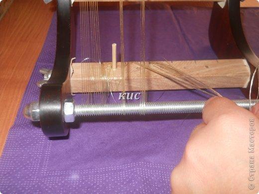 Работа на станке – самая быстрая, однако сначала надо закрепить все нити. Плетение на станке дает самое гибкое бисерное полотно. Перед началом работы на станке, вы должны освоить несколько новых терминов. Основа – это нить, натянутая на станке. Натянуть на основу – означает закрепить нити основы на станке. фото 8