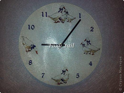 Доброго времени суток)) А это мои первые часы с гусями. Подарок для свекрови) понравился, хотя с цветами я не со всеми угадала. (рисовала с нуля, а монитор подкачал)