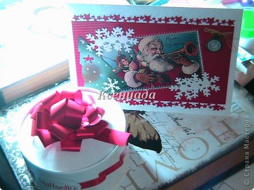 """Доброго всем времени суток!!! Вот моя очередная партия новогодних открыток!!! Хочется успеть сделать все свои задумки!!! Прощу прощения за фото, но уже и лампу настольную включила, а все равно все плохо получилось ((( Итак.... Приобрела я дырокол """"снежинка"""" размер большооой, и давай снежинок дыроколить, я делала, муж потом тоже этим делом занялся, а после и детишки прибежали!!! Раз снежинки есть, надо их в дело пускать!!! фото 4"""