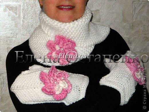 Манишка, шеегрейка или теплый съемный воротник для тех, кто не любит кутаться в шарфы. Замечательная модель из журнала Дропс вяжется платочным узором: первый и все последующие ряды вяжем лицевыми петлями. Мне нравится, что воротник очень теплый - хорошо подойдет для морозной ветреной погоды и можно носить в различных вариациях. Например, так... фото 9