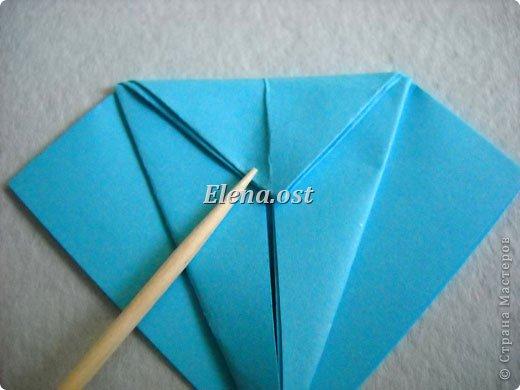 Люблю вязать и заниматься оригами. Попробовала объединить вязаные элементы и оригами-фигурки для создания новогодних открыток. Для работы использовала картон поделочный для детского творчества, цветную офисную бумагу, салфетки, пряжу. Из пряжи Gazzal-Dennis крючком №1.25 связала снежинки, смочила их водой с клеем ПВА и положила в расправленном виде для высыхания. Когда снежинки высохнут, приклеиваем их на картон или бумагу для акварели.  фото 9