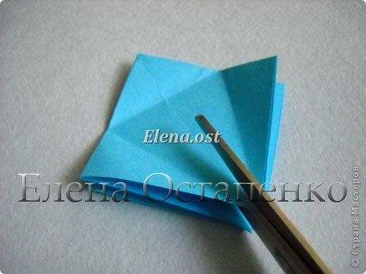 Люблю вязать и заниматься оригами. Попробовала объединить вязаные элементы и оригами-фигурки для создания новогодних открыток. Для работы использовала картон поделочный для детского творчества, цветную офисную бумагу, салфетки, пряжу. Из пряжи Gazzal-Dennis крючком №1.25 связала снежинки, смочила их водой с клеем ПВА и положила в расправленном виде для высыхания. Когда снежинки высохнут, приклеиваем их на картон или бумагу для акварели.  фото 11