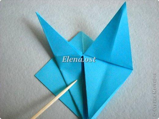 Люблю вязать и заниматься оригами. Попробовала объединить вязаные элементы и оригами-фигурки для создания новогодних открыток. Для работы использовала картон поделочный для детского творчества, цветную офисную бумагу, салфетки, пряжу. Из пряжи Gazzal-Dennis крючком №1.25 связала снежинки, смочила их водой с клеем ПВА и положила в расправленном виде для высыхания. Когда снежинки высохнут, приклеиваем их на картон или бумагу для акварели.  фото 14