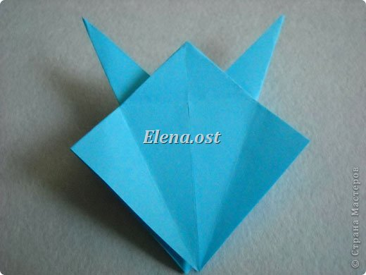 Люблю вязать и заниматься оригами. Попробовала объединить вязаные элементы и оригами-фигурки для создания новогодних открыток. Для работы использовала картон поделочный для детского творчества, цветную офисную бумагу, салфетки, пряжу. Из пряжи Gazzal-Dennis крючком №1.25 связала снежинки, смочила их водой с клеем ПВА и положила в расправленном виде для высыхания. Когда снежинки высохнут, приклеиваем их на картон или бумагу для акварели.  фото 15