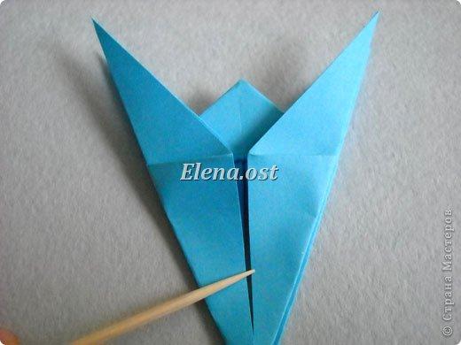 Люблю вязать и заниматься оригами. Попробовала объединить вязаные элементы и оригами-фигурки для создания новогодних открыток. Для работы использовала картон поделочный для детского творчества, цветную офисную бумагу, салфетки, пряжу. Из пряжи Gazzal-Dennis крючком №1.25 связала снежинки, смочила их водой с клеем ПВА и положила в расправленном виде для высыхания. Когда снежинки высохнут, приклеиваем их на картон или бумагу для акварели.  фото 16