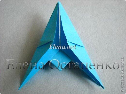 Люблю вязать и заниматься оригами. Попробовала объединить вязаные элементы и оригами-фигурки для создания новогодних открыток. Для работы использовала картон поделочный для детского творчества, цветную офисную бумагу, салфетки, пряжу. Из пряжи Gazzal-Dennis крючком №1.25 связала снежинки, смочила их водой с клеем ПВА и положила в расправленном виде для высыхания. Когда снежинки высохнут, приклеиваем их на картон или бумагу для акварели.  фото 17
