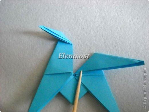 Люблю вязать и заниматься оригами. Попробовала объединить вязаные элементы и оригами-фигурки для создания новогодних открыток. Для работы использовала картон поделочный для детского творчества, цветную офисную бумагу, салфетки, пряжу. Из пряжи Gazzal-Dennis крючком №1.25 связала снежинки, смочила их водой с клеем ПВА и положила в расправленном виде для высыхания. Когда снежинки высохнут, приклеиваем их на картон или бумагу для акварели.  фото 18