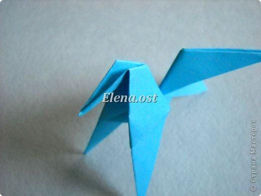 Люблю вязать и заниматься оригами. Попробовала объединить вязаные элементы и оригами-фигурки для создания новогодних открыток. Для работы использовала картон поделочный для детского творчества, цветную офисную бумагу, салфетки, пряжу. Из пряжи Gazzal-Dennis крючком №1.25 связала снежинки, смочила их водой с клеем ПВА и положила в расправленном виде для высыхания. Когда снежинки высохнут, приклеиваем их на картон или бумагу для акварели.  фото 19