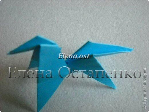 Люблю вязать и заниматься оригами. Попробовала объединить вязаные элементы и оригами-фигурки для создания новогодних открыток. Для работы использовала картон поделочный для детского творчества, цветную офисную бумагу, салфетки, пряжу. Из пряжи Gazzal-Dennis крючком №1.25 связала снежинки, смочила их водой с клеем ПВА и положила в расправленном виде для высыхания. Когда снежинки высохнут, приклеиваем их на картон или бумагу для акварели.  фото 20