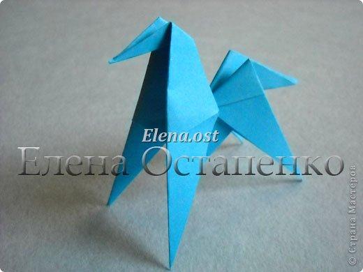 Люблю вязать и заниматься оригами. Попробовала объединить вязаные элементы и оригами-фигурки для создания новогодних открыток. Для работы использовала картон поделочный для детского творчества, цветную офисную бумагу, салфетки, пряжу. Из пряжи Gazzal-Dennis крючком №1.25 связала снежинки, смочила их водой с клеем ПВА и положила в расправленном виде для высыхания. Когда снежинки высохнут, приклеиваем их на картон или бумагу для акварели.  фото 21