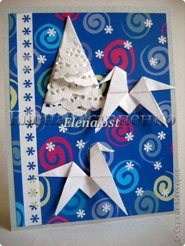Люблю вязать и заниматься оригами. Попробовала объединить вязаные элементы и оригами-фигурки для создания новогодних открыток. Для работы использовала картон поделочный для детского творчества, цветную офисную бумагу, салфетки, пряжу. Из пряжи Gazzal-Dennis крючком №1.25 связала снежинки, смочила их водой с клеем ПВА и положила в расправленном виде для высыхания. Когда снежинки высохнут, приклеиваем их на картон или бумагу для акварели.  фото 22