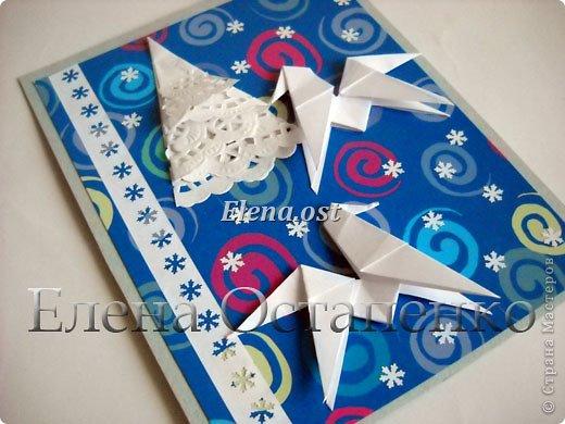 Люблю вязать и заниматься оригами. Попробовала объединить вязаные элементы и оригами-фигурки для создания новогодних открыток. Для работы использовала картон поделочный для детского творчества, цветную офисную бумагу, салфетки, пряжу. Из пряжи Gazzal-Dennis крючком №1.25 связала снежинки, смочила их водой с клеем ПВА и положила в расправленном виде для высыхания. Когда снежинки высохнут, приклеиваем их на картон или бумагу для акварели.  фото 23