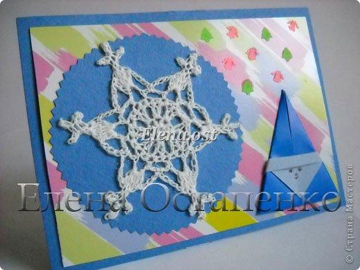 Люблю вязать и заниматься оригами. Попробовала объединить вязаные элементы и оригами-фигурки для создания новогодних открыток. Для работы использовала картон поделочный для детского творчества, цветную офисную бумагу, салфетки, пряжу. Из пряжи Gazzal-Dennis крючком №1.25 связала снежинки, смочила их водой с клеем ПВА и положила в расправленном виде для высыхания. Когда снежинки высохнут, приклеиваем их на картон или бумагу для акварели.  фото 24