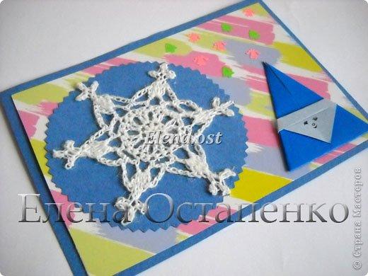Люблю вязать и заниматься оригами. Попробовала объединить вязаные элементы и оригами-фигурки для создания новогодних открыток. Для работы использовала картон поделочный для детского творчества, цветную офисную бумагу, салфетки, пряжу. Из пряжи Gazzal-Dennis крючком №1.25 связала снежинки, смочила их водой с клеем ПВА и положила в расправленном виде для высыхания. Когда снежинки высохнут, приклеиваем их на картон или бумагу для акварели.  фото 25