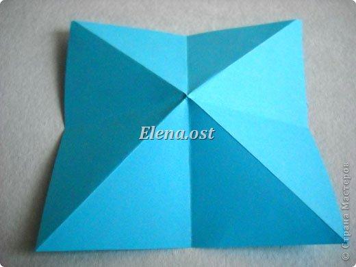 Люблю вязать и заниматься оригами. Попробовала объединить вязаные элементы и оригами-фигурки для создания новогодних открыток. Для работы использовала картон поделочный для детского творчества, цветную офисную бумагу, салфетки, пряжу. Из пряжи Gazzal-Dennis крючком №1.25 связала снежинки, смочила их водой с клеем ПВА и положила в расправленном виде для высыхания. Когда снежинки высохнут, приклеиваем их на картон или бумагу для акварели.  фото 5