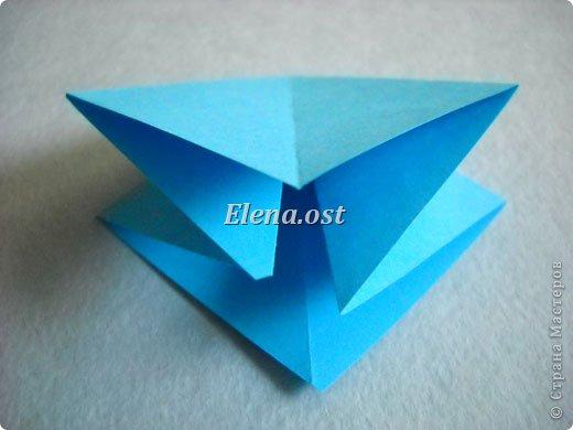 Люблю вязать и заниматься оригами. Попробовала объединить вязаные элементы и оригами-фигурки для создания новогодних открыток. Для работы использовала картон поделочный для детского творчества, цветную офисную бумагу, салфетки, пряжу. Из пряжи Gazzal-Dennis крючком №1.25 связала снежинки, смочила их водой с клеем ПВА и положила в расправленном виде для высыхания. Когда снежинки высохнут, приклеиваем их на картон или бумагу для акварели.  фото 6