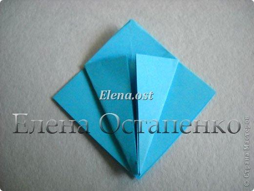 Люблю вязать и заниматься оригами. Попробовала объединить вязаные элементы и оригами-фигурки для создания новогодних открыток. Для работы использовала картон поделочный для детского творчества, цветную офисную бумагу, салфетки, пряжу. Из пряжи Gazzal-Dennis крючком №1.25 связала снежинки, смочила их водой с клеем ПВА и положила в расправленном виде для высыхания. Когда снежинки высохнут, приклеиваем их на картон или бумагу для акварели.  фото 8