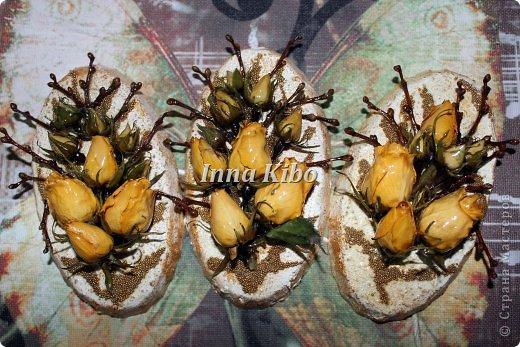 Были у меня сухие цветочки, а точнее  кенийская куставая роза, цветок суперский - бутоны большие, куст густой, стоит долго, после сушки сохраняет цвет, в отличии от голандской))). ну так вот висели они весели... до виселись))) и в итоге 3 композиции) фото 2
