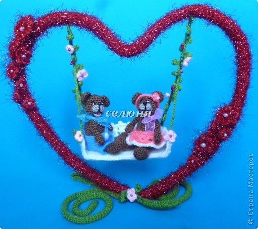 Мишутка и Мишель качаются на сердечных качелях