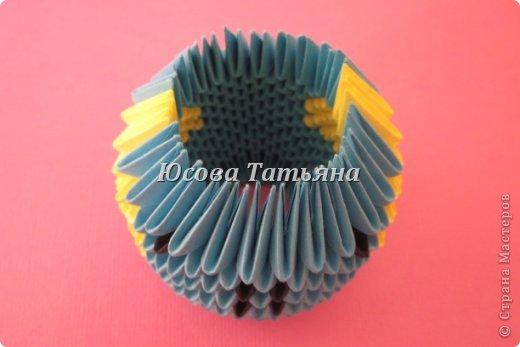 Высота миньона 18 см. В миньоне использованы модули: А4 1/32 - 350 синих модуля, 426 жёлтых модуля, 90 чёрных модуля, и  А4 1/64 - 40 серых модулей. фото 13