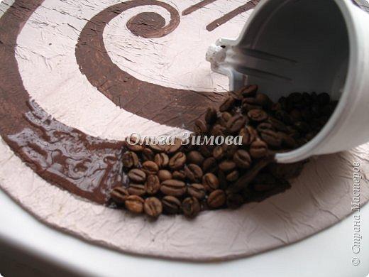 Посвящается все любителям кофе... На просторах интернета и у нас в Стране Мастеров очень много работ из зёрен кофе. Для любого человека, кто не пробовал работать с кофе. это кажется просто фантастическая идея. Хотя на самом деле это очень просто и легко сделать самому  Панно из зерен кофе будет прекрасным подарком к празднику, будь то 8 Марта или 23 февраля. И мужчины и женщины одинаково  любят кофе.Поэтому  к женскому дню сделала несколько панно в подарок .Имея подручные материалы любой быстро справится с поставленной задачей. Выкладываю свою работу, может кому-то пригодиться, хотя честно до ума довела только первое панно, а делаю из 3. И так начали фото 11