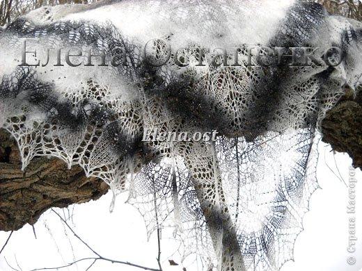 """Мое новое шальное творение. Шаль """"Харуни"""" из чистой овечьей шерсти. Дизайнер - Emily Ross. Захотелось попробовать бело-черную гамму - понравилось очень.  Пряжи ушло 100 г. Бисер использовала индийский.  фото 4"""