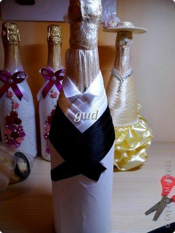 """После опубликования моего МК по созданию свадебных бутылочек почти 3 года назад, поступало очень много вопросов, как же сделать эти одежки съемными. Так, конечно практичнее, да и в салоне удобнее продать готове одежки, чем вместе с """"ш...м"""". Итак дополнение к http://stranamasterov.ru/node/225893. фото 11"""