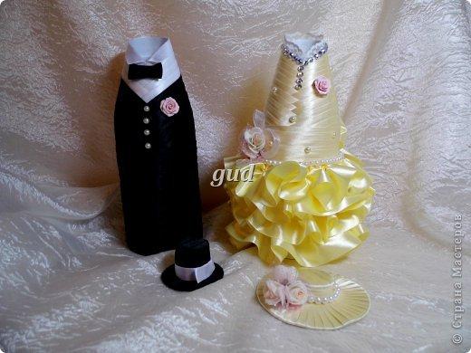 """После опубликования моего МК по созданию свадебных бутылочек почти 3 года назад, поступало очень много вопросов, как же сделать эти одежки съемными. Так, конечно практичнее, да и в салоне удобнее продать готове одежки, чем вместе с """"ш...м"""". Итак дополнение к http://stranamasterov.ru/node/225893. фото 1"""