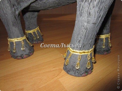 Здравствуйте, все! Я к вам в гости со слоном. Очень мне захотелось, чтобы в доме стоял слоник в красивой попоне. Помечтала, представила, даже заготовки наделала... а слон уже появился в СМ у Ольги http://stranamasterov.ru/node/548414. Я опечалилась и забыла про своего слона. Спустя какое-то время попались мне на глаза эти самые заготовки. Ну не пропадать же моим стараниям! Решила доделать и подарить сестре! фото 19
