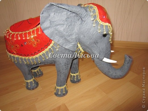 Здравствуйте, все! Я к вам в гости со слоном. Очень мне захотелось, чтобы в доме стоял слоник в красивой попоне. Помечтала, представила, даже заготовки наделала... а слон уже появился в СМ у Ольги http://stranamasterov.ru/node/548414. Я опечалилась и забыла про своего слона. Спустя какое-то время попались мне на глаза эти самые заготовки. Ну не пропадать же моим стараниям! Решила доделать и подарить сестре! фото 3