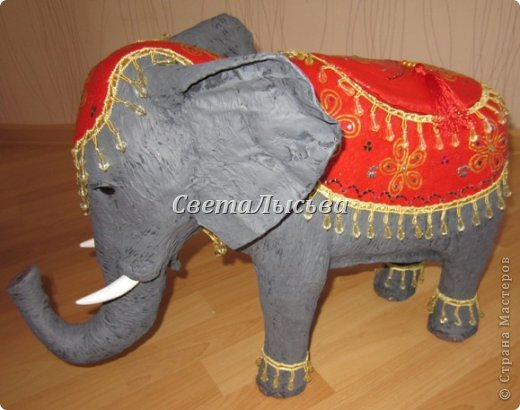 Здравствуйте, все! Я к вам в гости со слоном. Очень мне захотелось, чтобы в доме стоял слоник в красивой попоне. Помечтала, представила, даже заготовки наделала... а слон уже появился в СМ у Ольги http://stranamasterov.ru/node/548414. Я опечалилась и забыла про своего слона. Спустя какое-то время попались мне на глаза эти самые заготовки. Ну не пропадать же моим стараниям! Решила доделать и подарить сестре! фото 6