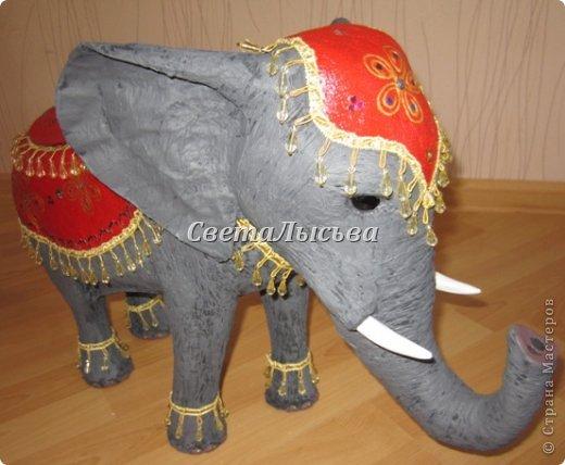 Здравствуйте, все! Я к вам в гости со слоном. Очень мне захотелось, чтобы в доме стоял слоник в красивой попоне. Помечтала, представила, даже заготовки наделала... а слон уже появился в СМ у Ольги http://stranamasterov.ru/node/548414. Я опечалилась и забыла про своего слона. Спустя какое-то время попались мне на глаза эти самые заготовки. Ну не пропадать же моим стараниям! Решила доделать и подарить сестре! фото 9