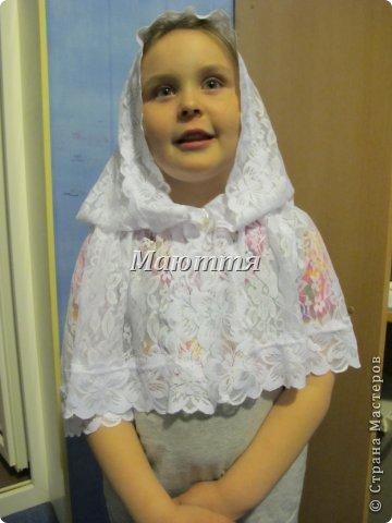 Чем хороши подобные платки? 1) они не спадают с головы даже при поклонах, 2) закрывают плечи, что немаловажно летом, когда хочется одеть сарафан, но из-за открытых плеч приходится от него отказываться 3) очень красивы и эффектны! Особенно на венчании невеста будет невероятно хороша в таком платке Шьется такой платок из гипюра, фистонного кружевного полотна, просто из шелка и обшивается соответствующим кружевом. Расход: при ширине гипюра 140-150см из 110-120см у вас выйдет 2 платка; кружево на данный размер 3-3.5 метра (на 1 платок); 1.5- 1.6 метра косой бейки в тон; 1.5 м тонкой атласной ленточки; <u>венчания</u> 2 концевика (или 2 бусинки) Данный платок шился для взрослого человека, но моделью работает моя 5и летняя дочь))), хотя на взрослом платок смотрится, практически, так же красиво фото 1