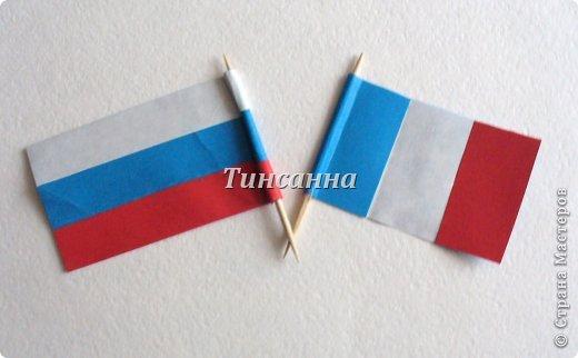 12 июня - День России. В лагерях. детских садах будут проходить мероприятия, посвященные этому празднику. Возможно, небольшие флажки пригодятся для оформления помещений, для использования в поделках. Флажок двухсторонний. фото 19