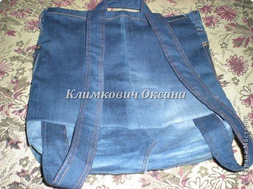 Здравствуйте, уважаемые жители Страны Мастеров! Случилось так, что мне понадобился рюкзак в повседневной жизни, а не в походе (я после операции пока хожу с двумя костылями и для сумки не хватает рук...). Были у меня о-о-очень любимые джинсы... но уже их носить нельзя было... И вот такой рюкзачок у меня получился. фото 10