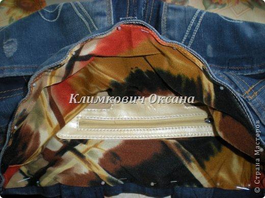 Здравствуйте, уважаемые жители Страны Мастеров! Случилось так, что мне понадобился рюкзак в повседневной жизни, а не в походе (я после операции пока хожу с двумя костылями и для сумки не хватает рук...). Были у меня о-о-очень любимые джинсы... но уже их носить нельзя было... И вот такой рюкзачок у меня получился. фото 13