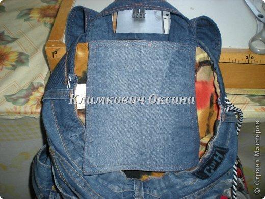 Здравствуйте, уважаемые жители Страны Мастеров! Случилось так, что мне понадобился рюкзак в повседневной жизни, а не в походе (я после операции пока хожу с двумя костылями и для сумки не хватает рук...). Были у меня о-о-очень любимые джинсы... но уже их носить нельзя было... И вот такой рюкзачок у меня получился. фото 15