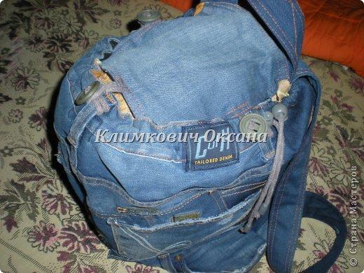 Здравствуйте, уважаемые жители Страны Мастеров! Случилось так, что мне понадобился рюкзак в повседневной жизни, а не в походе (я после операции пока хожу с двумя костылями и для сумки не хватает рук...). Были у меня о-о-очень любимые джинсы... но уже их носить нельзя было... И вот такой рюкзачок у меня получился. фото 17