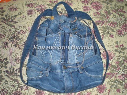 Здравствуйте, уважаемые жители Страны Мастеров! Случилось так, что мне понадобился рюкзак в повседневной жизни, а не в походе (я после операции пока хожу с двумя костылями и для сумки не хватает рук...). Были у меня о-о-очень любимые джинсы... но уже их носить нельзя было... И вот такой рюкзачок у меня получился. фото 1