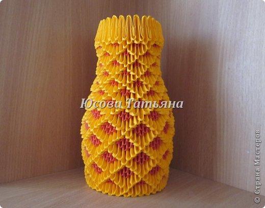 Идея вазы принадлежит Попазогло Ивану (впервые увидела у него). Участникам  группы по модульному оригами,  где я состою, очень понравилась ваза, и т.к. я тоже решила собрать ее,  решила заодно сделать и МК. Высота = 20см., ширина = 11,5см. Если желаете более крупную вазу делайте модулями А4/16, или увеличьте количество модулей, делимое на 4. На вазу потребуется 1431 модуль: красных 621 шт., жёлтых 810 шт. Размер  модуля А4/32.
