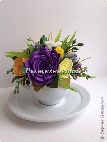 Малюсенькая чашка вышла из давно скрученных цветов. Снизу для сравнения обычная чайная пара. фото 4