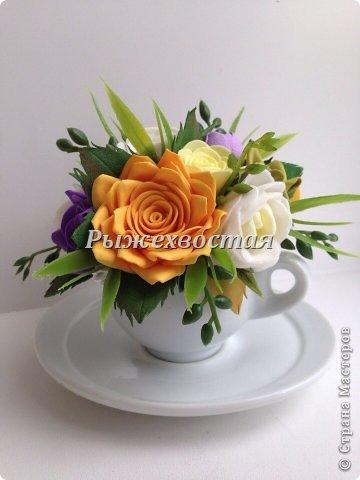 Малюсенькая чашка вышла из давно скрученных цветов. Снизу для сравнения обычная чайная пара. фото 2