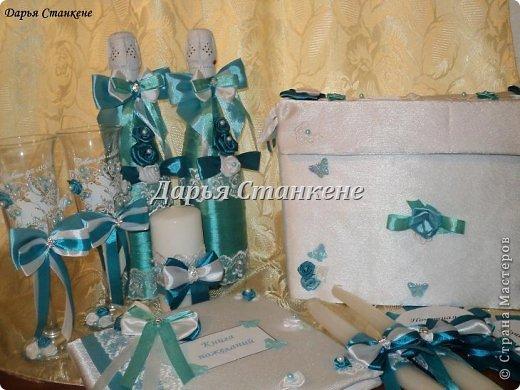 Вот такой вот набор сотворила я к 8 августа для моей лучшей подруги на свадьбу. Так как свадьба была тематической,т.е в бирюзовом цвете. В набор входит, бутылки, бокалы, книга пожеланий, ручка для книги пожеланий, семейный очаг (3 свечи), значки для свидетелей, казна для денег. Фото много. фото 15