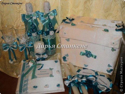 Вот такой вот набор сотворила я к 8 августа для моей лучшей подруги на свадьбу. Так как свадьба была тематической,т.е в бирюзовом цвете. В набор входит, бутылки, бокалы, книга пожеланий, ручка для книги пожеланий, семейный очаг (3 свечи), значки для свидетелей, казна для денег. Фото много. фото 2