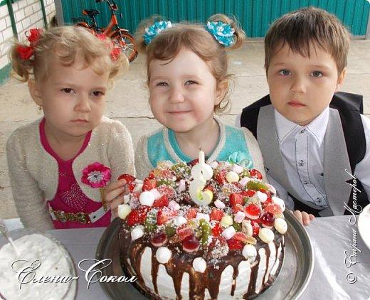 Всем привет!Вот и наступил праздник для моей внученьки Аришеньки!!!!!!!Ей сегодня исполнилось три года!Вроде только родилась недавно..а уже три годика пролетело))))Испекла ей бабушка каравай..да не простой..С множеством конфеток и фруктов!Смотрите какой получился!!!!!!!А вкусный.....так  все сказали))) фото 12
