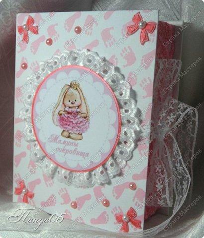 """Здравствуйте!  Представляю вам мою следующую работу - набор коробочек """"Мамины сокровища"""" для маленькой принцессы Виктории. Сделана она на заказ, но бумагу и отделку я выбрала сама, единственным пожеланием заказчицы был бело-розовый цвет. Основная коробка -  готовая, в виде книги, размер 17 на 13 на 5,5 см. На всё ушел ровно один лист скрапбумаги 30,5 на 30,5 см, обрезки остались ооочень маленькие, я из них цветочков мелких надыроколила. Бумага от Скрапмир коллекция """"Наша малышка"""" - """"Отпечатки"""". Названия коробочек - распечатка на матовой фотобумаге.  Как и всегда - у меня всё просто. фото 1"""