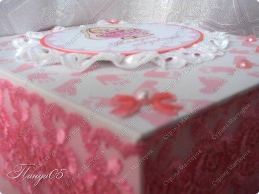 """Здравствуйте!  Представляю вам мою следующую работу - набор коробочек """"Мамины сокровища"""" для маленькой принцессы Виктории. Сделана она на заказ, но бумагу и отделку я выбрала сама, единственным пожеланием заказчицы был бело-розовый цвет. Основная коробка -  готовая, в виде книги, размер 17 на 13 на 5,5 см. На всё ушел ровно один лист скрапбумаги 30,5 на 30,5 см, обрезки остались ооочень маленькие, я из них цветочков мелких надыроколила. Бумага от Скрапмир коллекция """"Наша малышка"""" - """"Отпечатки"""". Названия коробочек - распечатка на матовой фотобумаге.  Как и всегда - у меня всё просто. фото 6"""