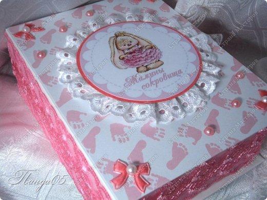 """Здравствуйте!  Представляю вам мою следующую работу - набор коробочек """"Мамины сокровища"""" для маленькой принцессы Виктории. Сделана она на заказ, но бумагу и отделку я выбрала сама, единственным пожеланием заказчицы был бело-розовый цвет. Основная коробка -  готовая, в виде книги, размер 17 на 13 на 5,5 см. На всё ушел ровно один лист скрапбумаги 30,5 на 30,5 см, обрезки остались ооочень маленькие, я из них цветочков мелких надыроколила. Бумага от Скрапмир коллекция """"Наша малышка"""" - """"Отпечатки"""". Названия коробочек - распечатка на матовой фотобумаге.  Как и всегда - у меня всё просто. фото 3"""